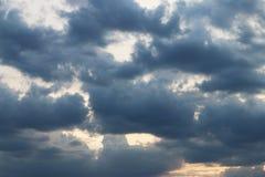 Solnedgång- och mörkermoln Royaltyfri Bild