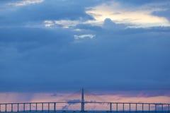 Solnedgång och Manaus Iranduba bro över amasonen, Brasilien Royaltyfria Bilder