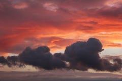 Solnedgång och moln Arkivfoton