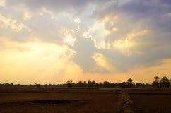 Solnedgång och moln Arkivbilder