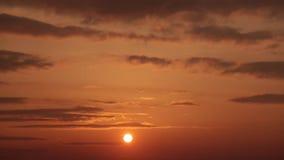 Solnedgång och moln arkivfilmer