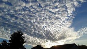 Solnedgång och moln royaltyfria foton