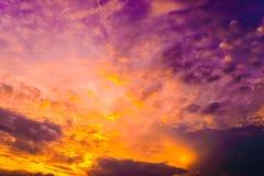 Solnedgång och moln i himmel Arkivfoton