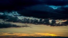 Solnedgång- och molnhimmeltidschackningsperiod lager videofilmer