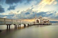 Solnedgång och moské Royaltyfri Bild