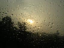 Solnedgång och regn Arkivbild