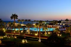 Solnedgång- och rekreationområde av det lyxiga hotellet Royaltyfri Foto