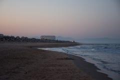 Solnedgång och resningen av månen Royaltyfri Bild