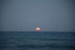 Solnedgång och resningen av månen Fotografering för Bildbyråer