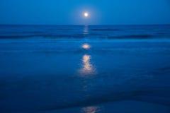 Solnedgång och resningen av månen Arkivfoto