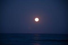 Solnedgång och resningen av månen Arkivbild