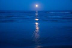 Solnedgång och resningen av månen Royaltyfri Fotografi