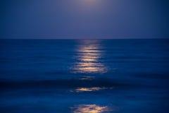 Solnedgång och resningen av månen Arkivfoton