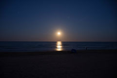 Solnedgång och resningen av månen Royaltyfri Foto