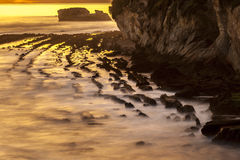 Solnedgång och Rocky Shoreline Royaltyfria Bilder
