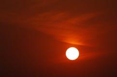 Solnedgång och rosiga moln av gryning Arkivbilder