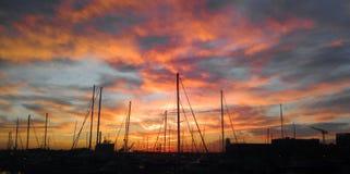 Solnedgång och segelbåtar i inre hamn för Baltimore ` s Arkivbild