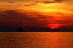 Solnedgång och solo kajak Royaltyfria Bilder