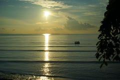 Solnedgång och soluppgång med dramatisk himmel över havet arkivfoto