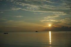 Solnedgång och soluppgång med dramatisk himmel över havet royaltyfri bild