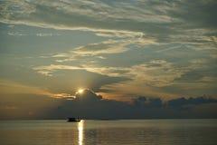 Solnedgång och soluppgång med dramatisk himmel över havet royaltyfria foton