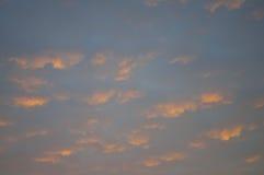Solnedgång och soluppgångar Orange himmel och mycket fördunklar Härlig ljus himmel Arkivfoto