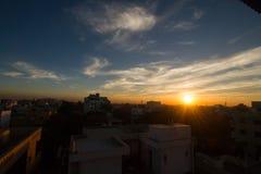 Solnedgång och stad fotografering för bildbyråer