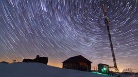 Solnedgång och stjärnor på skymning i Carpathian bergskedja stock video