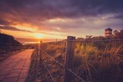 Solnedgång och Stormclouds på den holländska kusten, Nederländerna Arkivfoton
