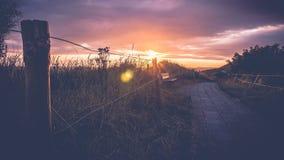 Solnedgång och Stormclouds på den holländska kusten, Nederländerna Royaltyfri Fotografi