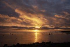 Solnedgång och stormmoln över havet Royaltyfria Foton