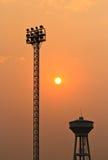 Solnedgång och strålkastarestadion Arkivfoto