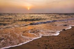 Solnedgång och strand Arkivfoto