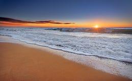 Solnedgång och strand Arkivbild