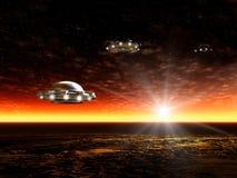 Solnedgång och UFO Arkivfoton