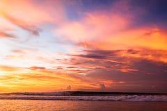 Solnedgång och våg Fotografering för Bildbyråer