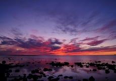 Solnedgång och vitt hav i sommarsäsong Arkivfoto