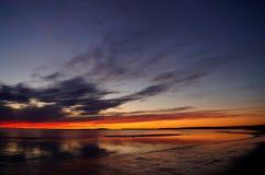 Solnedgång och vitt hav i sommarsäsong Arkivfoton