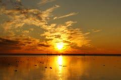 Solnedgång och vitt hav i sommarsäsong Royaltyfri Bild