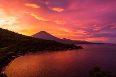 Solnedgång och vulkan Royaltyfria Bilder