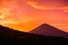 Solnedgång och vulkan i Bali Arkivfoto