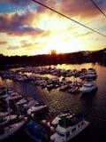 Solnedgång och yachter Arkivfoton