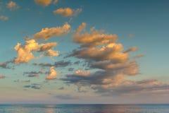 Solnedgång oklarheter över havet Arkivfoto