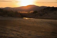 Solnedgång ovanför berget och efterrätten, Lemnos arkivfoto