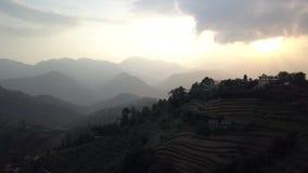 Solnedgång ovanför dalen i de Himalaya bergen, Nepal Cinelike profil stock video