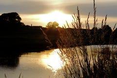 Solnedgång ovanför den Annan floden royaltyfri foto