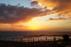 Solnedgång ovanför den Haifa stranden Arkivbilder