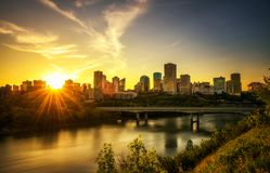 Solnedgång ovanför det Edmonton centret och den Saskatchewan floden, Kanada Fotografering för Bildbyråer