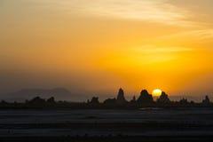 Solnedgång ovanför gummilackaAbbe Arkivbild