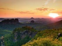 Solnedgång ovanför korssandstenklippor ovanför den djupa dalen Royaltyfri Bild